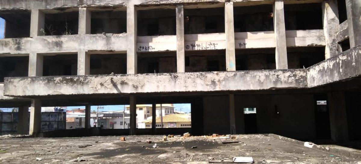 """Prédio abandonado vira """"depósito humano"""" na Orla de Atalaia em Aracaju"""
