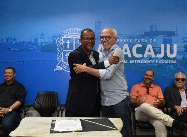 Edvaldo empossa Antônio Bittencourt e entrega novos veículos para a Assistência Social
