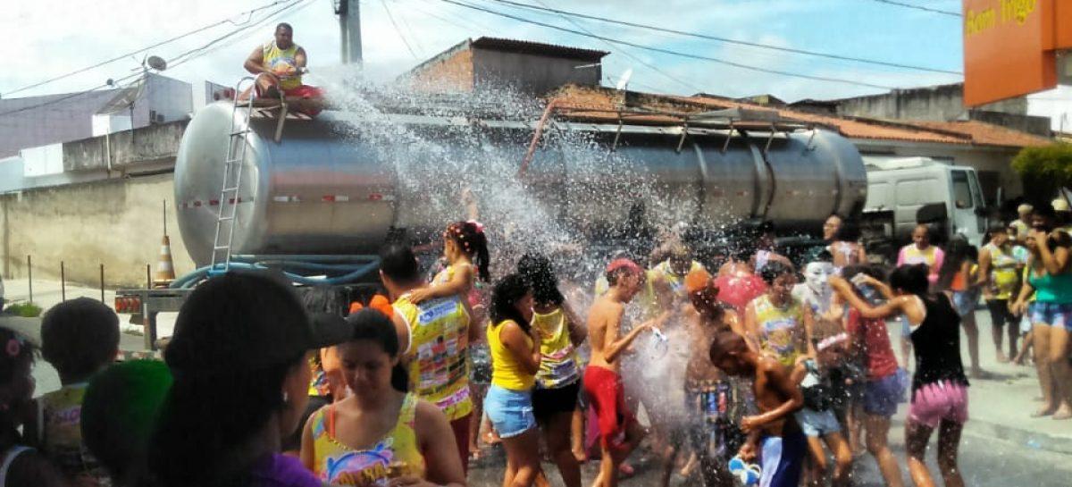 Bloco Galera da Água leva centenas de pessoas às ruas do 18 do Forte