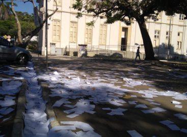 Cópias e documentos são espalhados aos fundos da Câmara de Aracaju