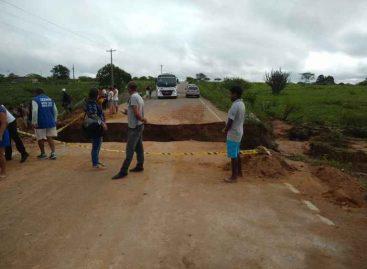 Após chuva, trecho de rodovia desaba e trânsito fica bloqueado