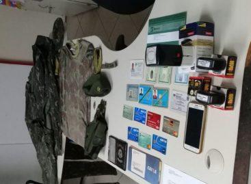 Polícias prendem acusado de violência doméstica e porte de documentação falsa