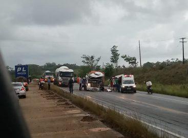Acidente envolvendo dois caminhões deixa motorista preso às ferragens