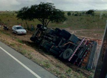 Caminhão carregado com blocos tomba próximo a Monte Alegre