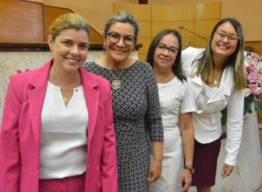 Novas deputadas comemoram recebimento da Medalha Quintina Diniz