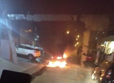 Veículo pega fogo e fica completamente destruído no Jardins