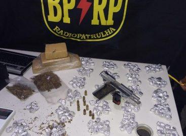 BPRP apreende pistola ponto 40 e apreende 304 trouxas de maconha