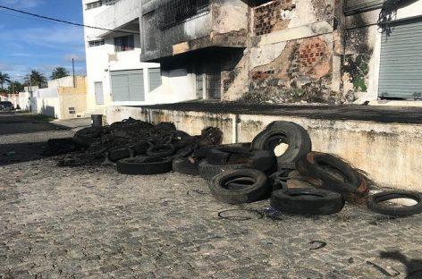 Incêndio destrói um depósito de pneus usados em Aracaju