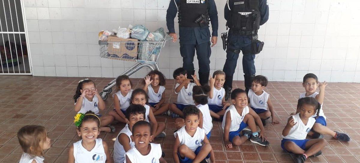 Policiais militares da CPTran arrecadam e doam alimentos ao Lar de Zizi