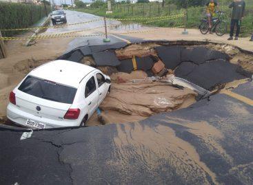 Asfalto cede e carro cai em cratera na avenida José Vicente, na Aruana