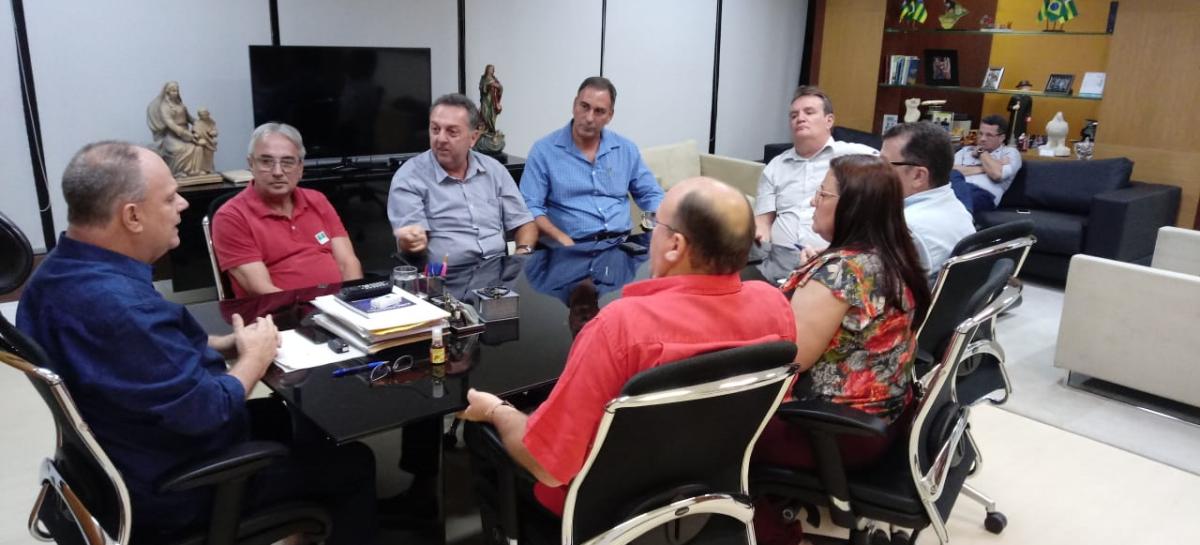 Em reunião com João Daniel e Sindisan, governador garante interesse em manter Deso pública
