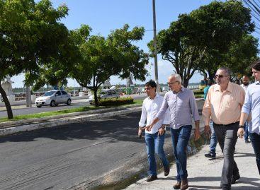 Edvaldo inspeciona andamento da obra da avenida Beira Mar