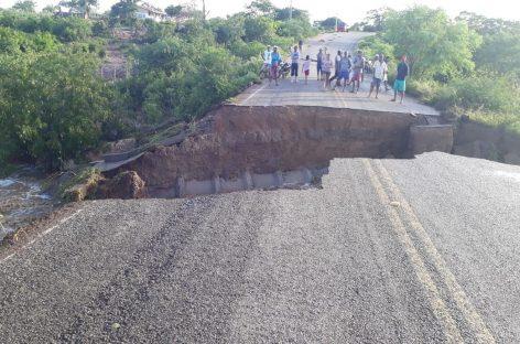 Após forte chuva, cratera abre em asfalto de rodovia em Poço Redondo