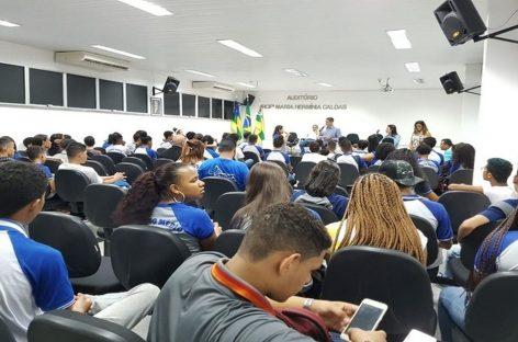 Sem merenda escolar, alunos ocupam sala do secretário