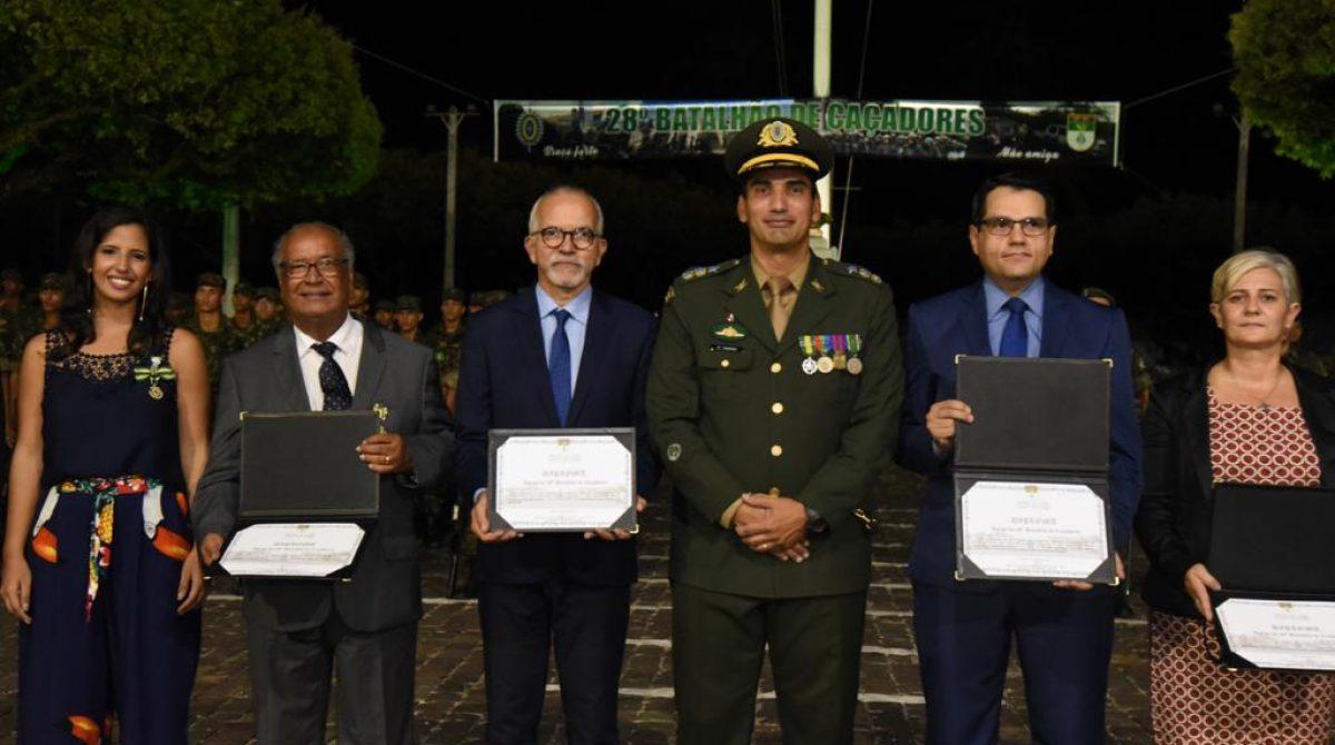 Edvaldo recebe diploma de Amigo do Exército Brasileiro