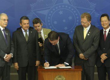 Jair Bolsonaro assina decreto e extingue horário de verão
