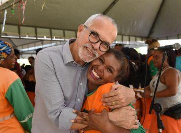 Edvaldo Nogueira participa de homenagem ao Dia dos Garis