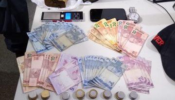 PM prende foragido com meio tablet de maconha e dinheiro no Augusto Franco