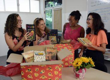 Após superar problemas de saúde, professora doa mais de 100 livros às escolas do Projeto Lê Campo