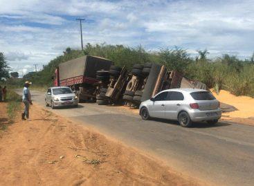 Caminhão de carregado de milho tomba na SE-270