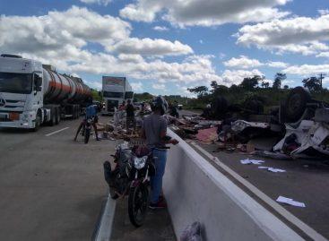 Caminhão carregado com bicicletas tomba na BR 101, próximo a Japaratuba