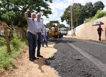 Edvaldo acompanha início da pavimentação de ruas no povoado Areia Branca