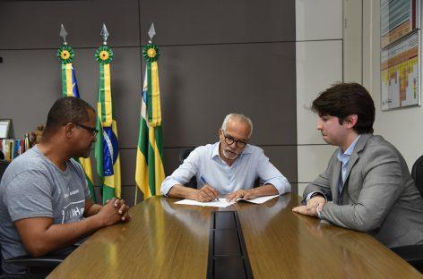 Edvaldo sanciona lei que proíbe canudos de plástico em estabelecimentos de Aracaju