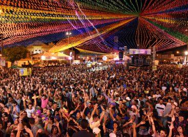 Na 2ª noite do Forró Caju, Edvaldo celebra sucesso de público da festa