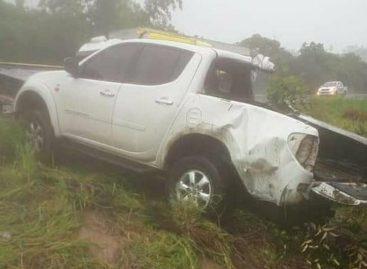 Motorista perde o controle da direção e bate de frente com caminhão