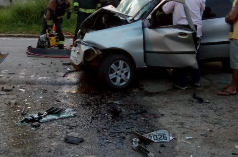 Acidente envolvendo carro de passeio e caminhão deixa um morto e quatro feridos