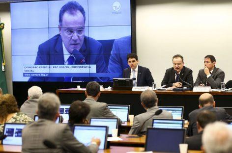 Deputados debatem relatório sobre reforma da Previdência por 12 horas