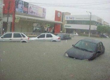 Após fortes chuvas, carros ficam submersos em Aracaju