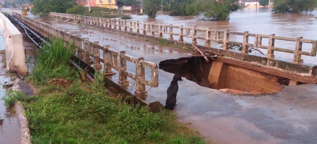 Cabeceira da ponte em Riachuelo desabou na manhã deste sábado
