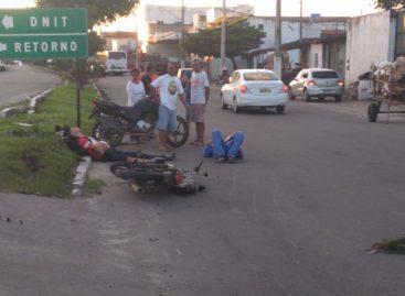 Acidente envolvendo duas motos em um veículo de passeio deixa dois feridos