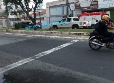 Acidente com carro de passeio deixa motorista gravemente ferido na avenida Francisco Porto