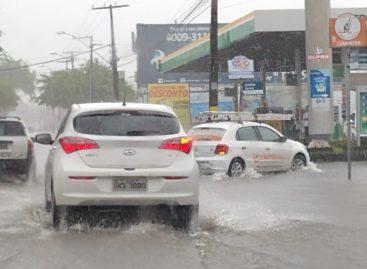 Chuvas continuam causando problemas e várias ruas da capital estão completamente alagadas