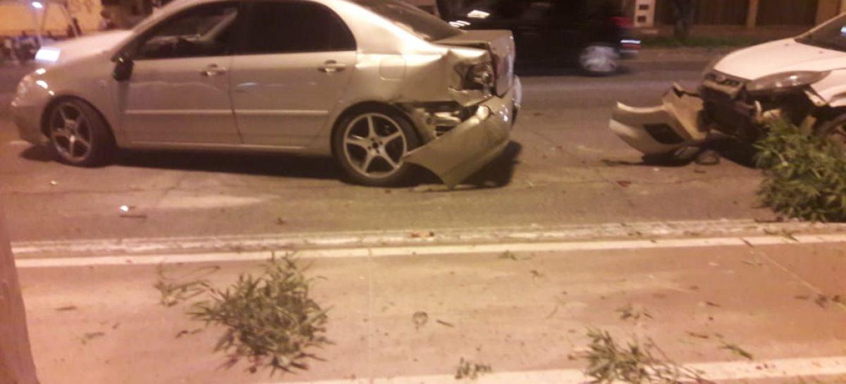 Caminhão desgovernado bate em 4 carros na Tancredo Neves