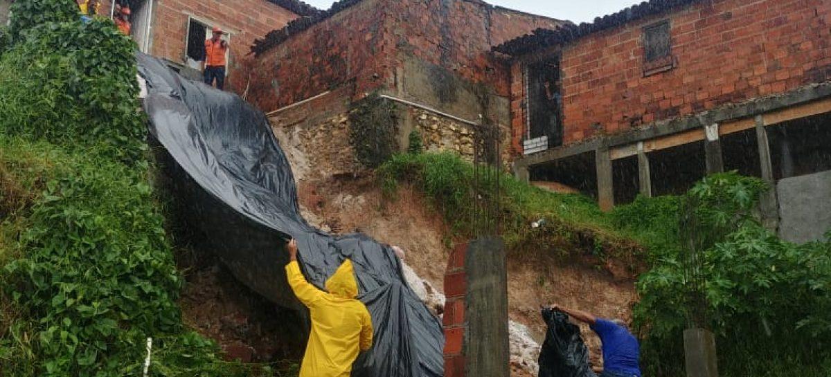 Defesa Civil Alerta: Lonas de contenção não devem ser removidas de encostas