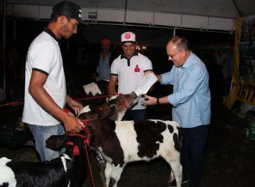 Belivaldo anuncia investimentos na produção leiteira do estado em evento em Poço Redondo