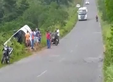Micro-ônibus capota e deixa duas pessoas feridas no interior do estado