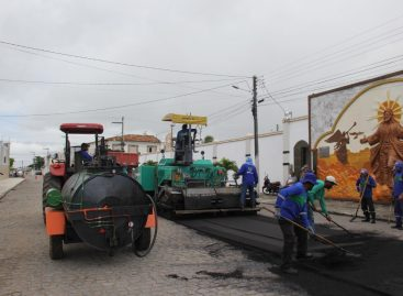 Mais uma: Rua Manoel Domingos Pereira também recebe asfalto em Itabaiana