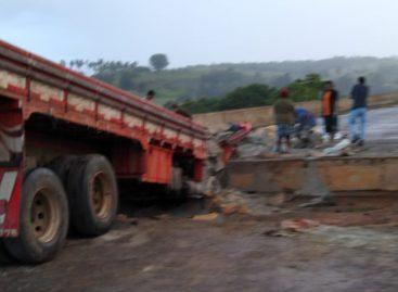 Caminhão colide em cabeceira de ponte e deixa dois mortos