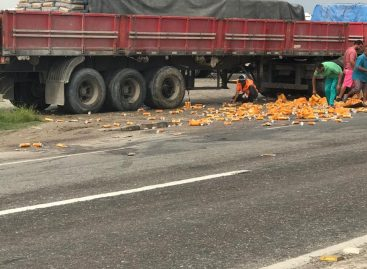 Carga de caminhão carregado com cerveja se solta e é saqueada