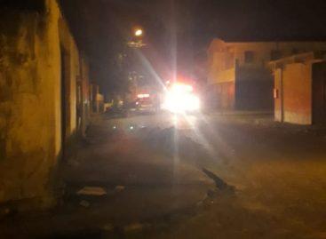 Revoltada, população ateia fogo em casa de homem suspeito de estuprar criança de 6 anos