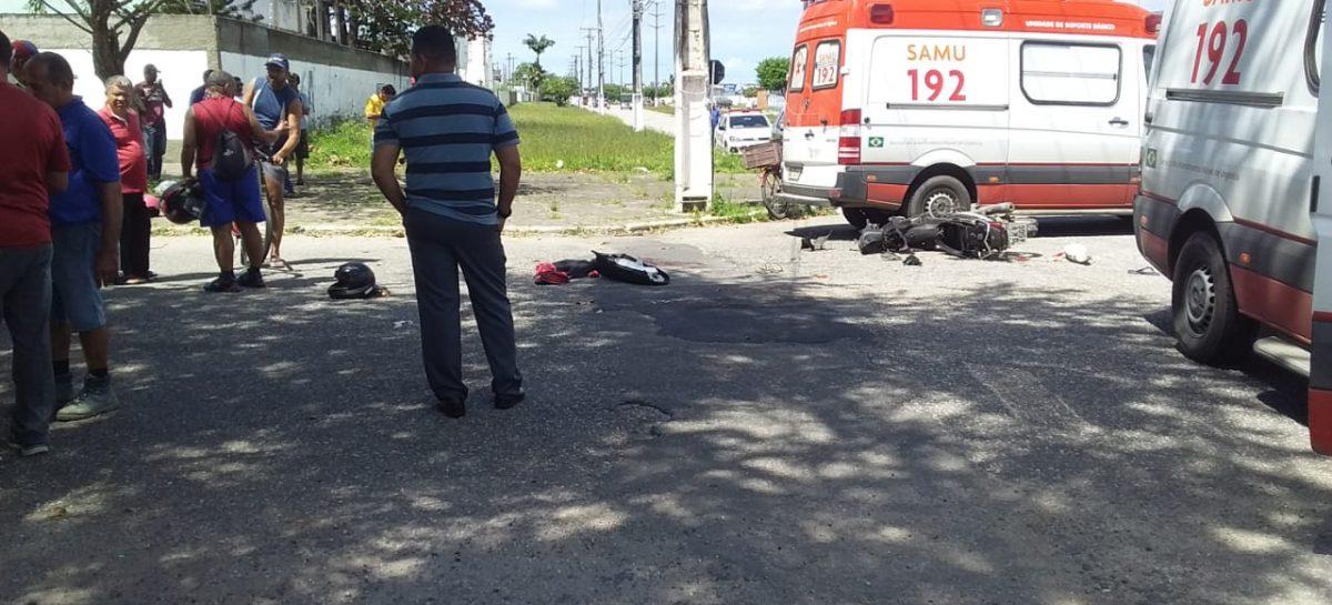 Acidente envolvendo moto e caminhão deixa duas pessoas gravemente feridas