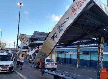 Caminhão baú derruba ponto de ônibus na avenida Carlos Firpo