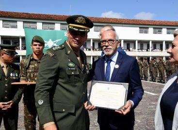 Edvaldo Nogueira é homenageado pelo Exército Brasileiro