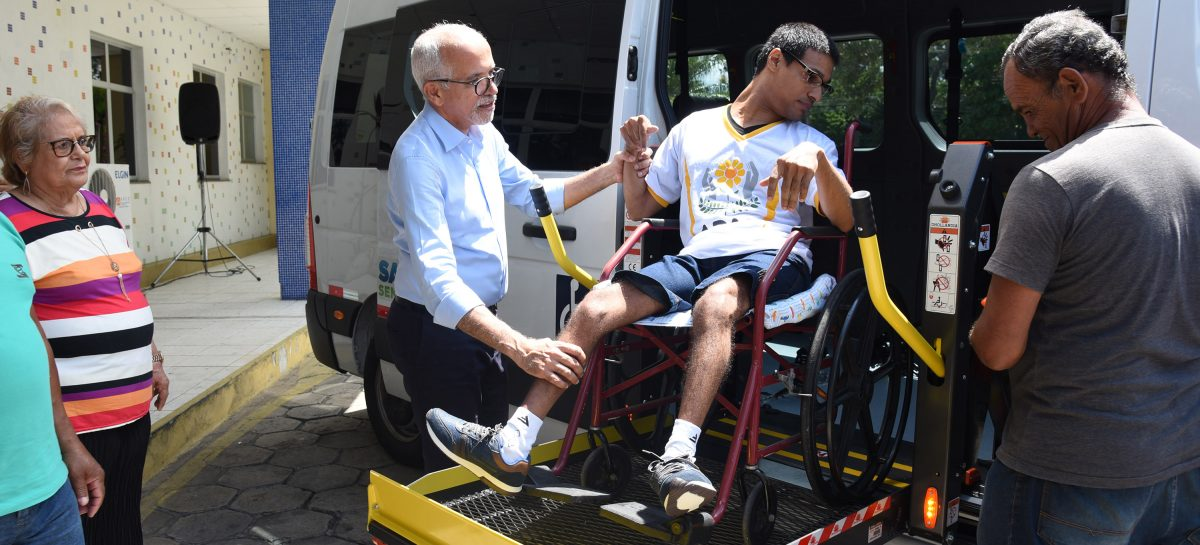 Edvaldo entrega veículos adaptados para Centros Especializados de Reabilitação