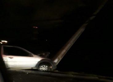 Colisão entre carro e poste deixa bairro Inácio Barbosa sem energia