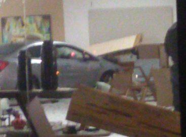 Motorista perde o controle da direção e invade loja de móveis próximo ao terminal do DIA
